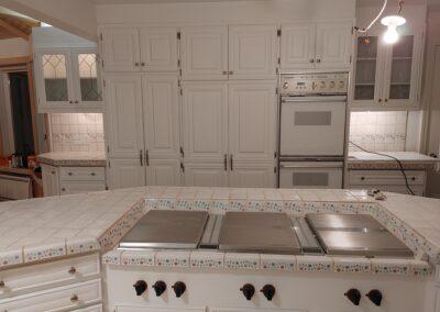 Armoires de cuisine et surfaces blanches